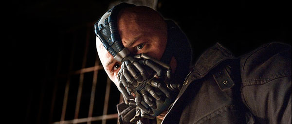 de vrijwel onherkenbare Tom Hardy is Bane...