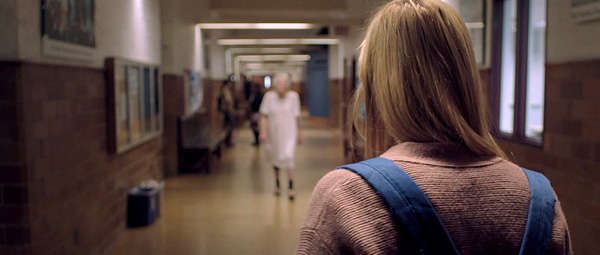 It Follows-recensie: creepy atmosfeer, psychologische metafoor to the max, en wat doet die oma in nachtjapon op die middelbare school..??